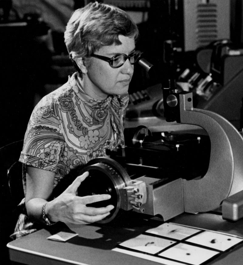 Vera Rubin observeerde de rotatiekrommen van tientallen sterrenstelsels, en bevestigde daarmee onomstotelijk dat de zichtbare massa in sterrenstelsels niet groot genoeg is om hun rotatiesnelheden te verklaren. (Bron: Dr. Rubin (1970)