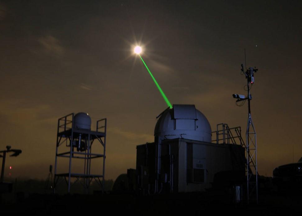 We meten met lasers de afstand naar de Maan